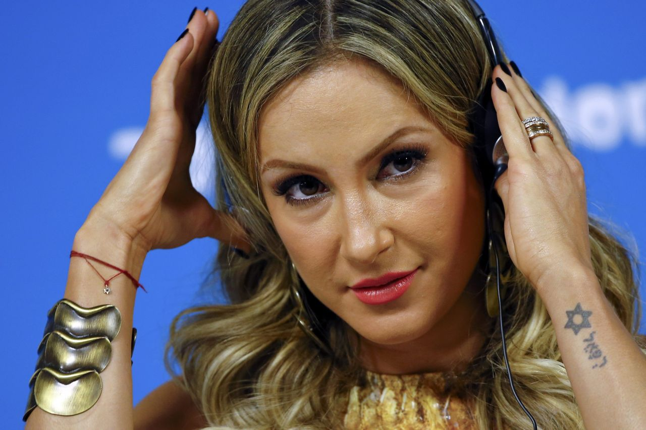 claudia-leitte-fifa-world-cup-press-conference-june-2014_4